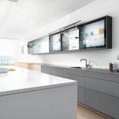 AVENTOS HS Идеально подходит для больших цельных фасадов в верхнем шкафу При использовании AVENTOS HS большой цельный фасад плавно откидывается над корпусом. Это обеспечивает удобный доступ к содержимому шкафа. При этом над корпусом остается достаточно свободного пространства, что дает возможность использовать различные декоративные панели.