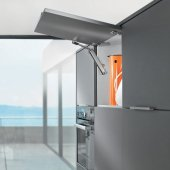 AVENTOS HK-XS Идеальный вариант для малых корпусов в верхнем шкафу и шкафу-колонке AVENTOS HK-XS открывает неограниченные возможности для дизайна мебели благодаря компактным габаритам силового механизма. Его можно устанавливать в корпусах с небольшой внутренней глубиной. Симметричный силовой механизм можно устанавливать с одной или двух сторон. При установке с двух сторон возможно использование более тяжелых и крупных по размерам фасадов.
